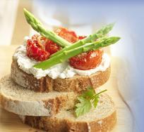 На завтрак полезно есть овощи (спаржа) и молочные продукты (козий сыр)