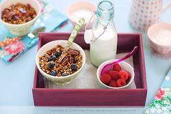 Двойна польза: залейте мюсли молоком - злаки + молочный продукт; ягод тоже будут кстати