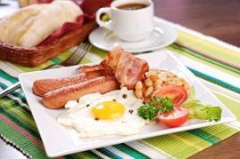 Опять английский завтрак: сосиски, яичница, немного овощей и кофе