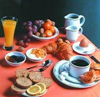 Кофе, свежие овощи и фрукты и хлеб грубого помола хорошо подойдут на завтра, а вот сдобой лучше не злоупотреблять