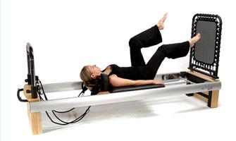 Пилатес-упражнения на специальном тренажере