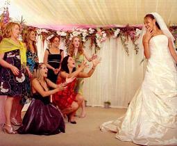 А кто-то хочет поймать букет невесты