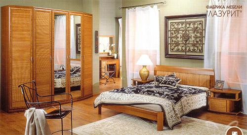 Теплые янтарные оттенки в декоре фасадов, спокойная ритмика легких мебельных конструкций, благородная